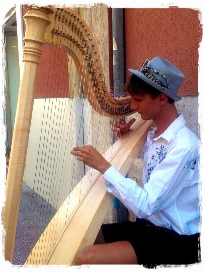 Harfista Jakub Rizman and your famous harpy in via sparano ©visitbari A.P.