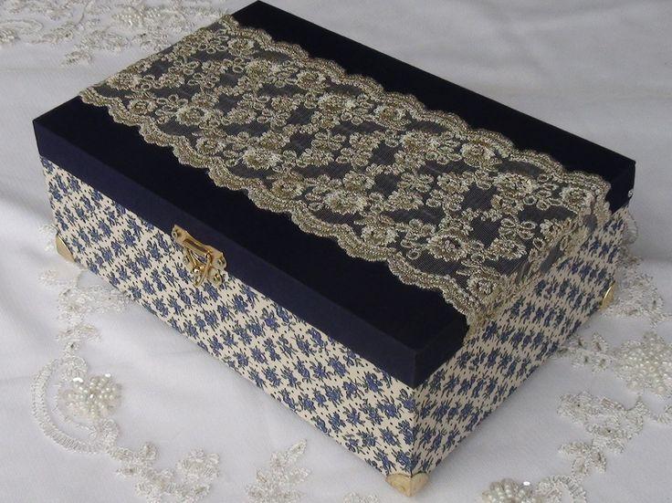 Caixa em MDF revestida com tecido 100% algodão. Aplique em renda importada. peça com pezinhos em metal para proteção do produto.