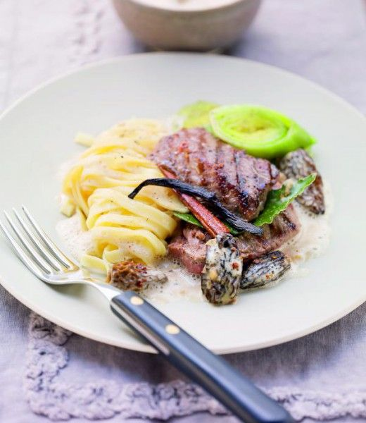Rehschnitzel in Morchelsauce mit Nudeln und Lauchgemüse