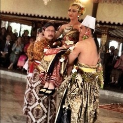 Pondongan ~ traditional ceremony when the newly husband lift his newly wife (Taken from Kraton Wedding, the traditional wedding ceremony of Yogyakarta Palace).