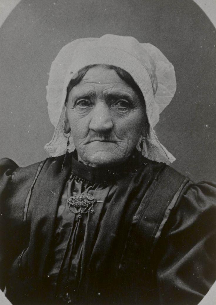 Vrouw in streekdracht Halsteren