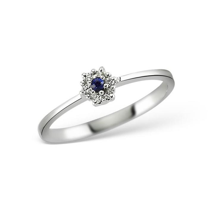 Inelul LR00245 cucereste prin delicatetea sa si frumusetea diamantelor.  Realizat intr-un design clasica si minimalist, inelul LR00245 are un safir central in jurul caruia s-au montat in forma de floare diamante.   http://www.bijuteriilarosa.ro/inel-lr00245