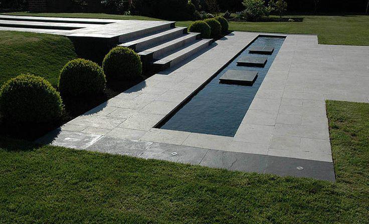 Deze waterpartij met enkele natuursteen tegels maakt je tuin helemaal af.