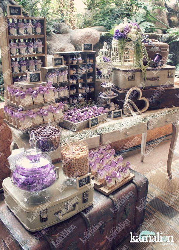 www.kamalion.com.mx - Mesa de Dulces / Candy Bar / Postres / Purple / Morado / Lila / Rustic Decor / Dulces / Vintage / Madera / Lecheros / Librero / Jaulas / Birdcage / Maletas / Wedding.