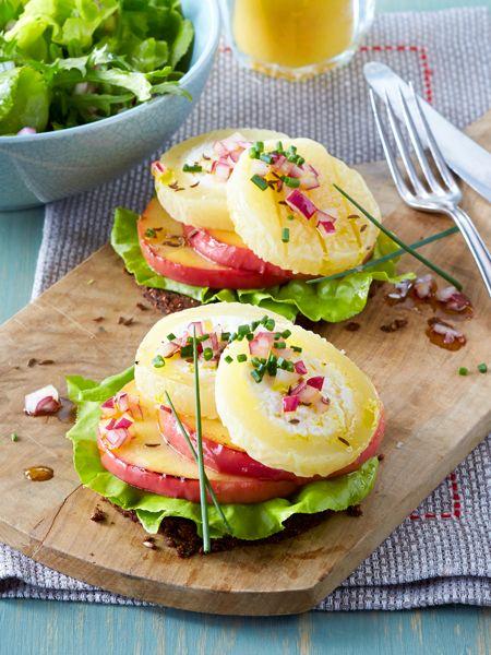 Deftig aber gesund: Pumpernickel mit Salat, Apfel, Zwiebeln und Harzer Käse.