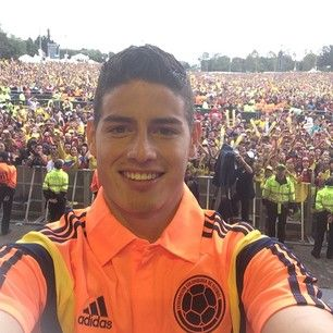 Selfies. | The Colombian National Team Returned To An Unbelievable Welcome Home