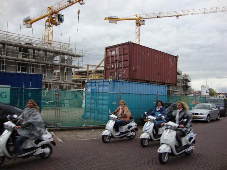 Vier vriendinnen uit Assen, na een gezellige rit van 4 uur, vrolijk terug op de bestemming in Zandvoort.