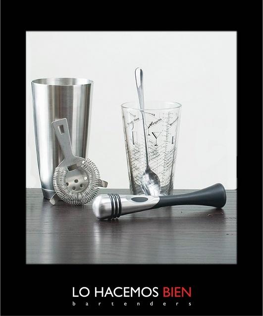 Tip: El Vaso de Composición y El Colador Oruga    El vaso de composición se usa cuando preparamos tragos refrescados y necesesitamos enfriar y mezclar bebidas de densidades ligeras. Como por ejemplo Sprits, Aperitivos, Syrups y Jugos.    Para servir el cocktail, utilizamos el colador oruga y así retenemos el hielo y los restos de pulpa extra. Si desean pueden utilizar la tecnica de doble colado con un colador fino como el que se utiliza para el te en hebras.