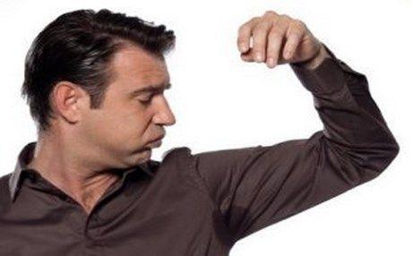Πώς να εξαφανίσετε τους λεκέδες του ιδρώτα και του αποσμητικού από τα ρούχα σας!