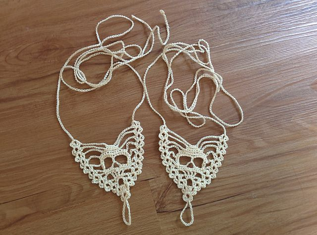 Free Crochet Pattern Download: Skull Barefoot Sandals Pattern. http://www.ravelry.com/patterns/library/skull-barefoot-sandals