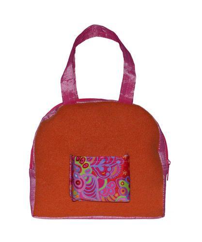 Pañalera sigoto rosa flor naranja con verde Medidas: Alto 10 cm Ancho 5 cm Largo 10.5 cm Peso 0.325 Material: Relleno y forro 100% poliester Accesorio de ju...