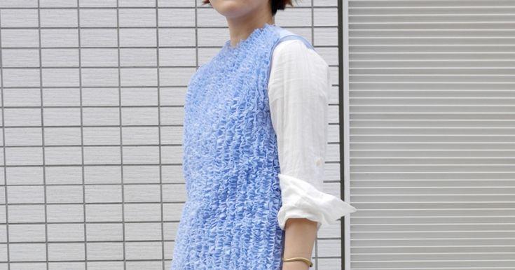 SPURで大活躍中のスタイリスト須貝朗子さん。明るいブルーが爽やかなレイヤードスタイルです。   白いシャツに重ねたノースリーブトップスは、 UA が手がけるセレクトショップ、DRAWERのオリジナルブランドで、今季春夏コレクションのアイテム。フロント全面に細かいフリルが施され、それによって生み出されるボリューム感がキュート。ともすると甘くなりがちなデザインですが、クリーンな青で適度に中和...