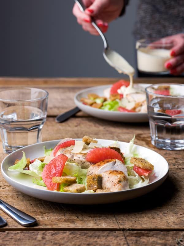 Salade van gebakken kip, pompelmoes en ceasardressing