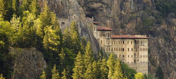 """Sümela Manastırı - Trabzon'un Maçka İlçesinin Altındere Köyü sınırları içinde Altındere vadisine hakim Karadağ'ın eteklerinde sarp bir kayalık üzerinde kurulmuş olan Sumela Manastırı, halk arasında """"Meryem Ana"""" ile anılır."""
