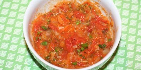 Super simpel tomatrelish med kun fem ingredienser, så den er virkelig nem at lave.
