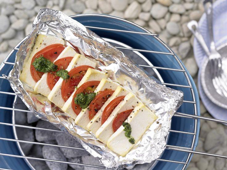 Ab auf den Grill: Tofu-Tomaten-Pfännchen - und Bärlauch-Pesto - smarter - Kalorien: 300 Kcal - Zeit: 20 Min. | eatsmarter.de