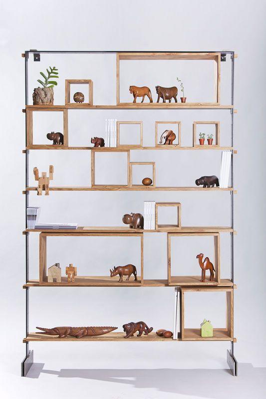 """Grazie agli elementi geometrici, le tante possibilità di personalizzazione di """"Legno al Cubo"""" rendono unica ogni libreria. Design by Miranda Morico e realizzata dalla falegnameria Semprelegno."""