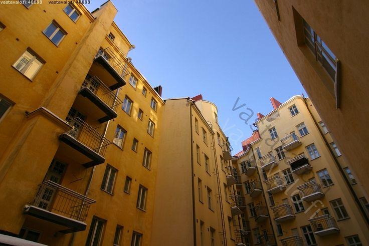 Sisäpiha - Helsinki Punavuori kantakaupunki ylitsekaartuva korkea talo talot taivas varjoisa piha sisäpiha ikkuna ikkunat parveke parvekkeet asuminen asunto kaupunkiasuminen kerrostalo kerrostalot arkkitehtuuri