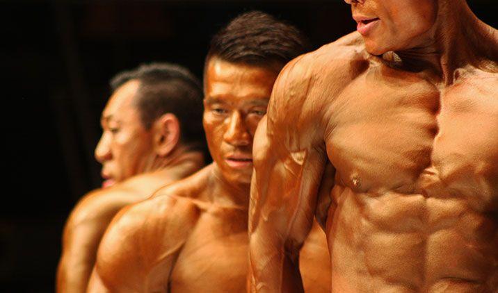 DIETA IPERPROTEICA VS DIETA A BASE DI CARBOIDRATI È abbastanza diffusa l'idea che due diete con le stesse calorie totali ma differenti per composizione di macro nutrienti (carboidrati, grassi e proteine) abbiano effetti identici sull'organismo. Questo non è vero, in quanto le diete con una maggiore quantità di carboidrati sono più ingrassanti a parità di calorie giornaliere ingerite. Perché questo succede e che conseguenze ha per il piano alimentare? http://bit.ly/1BEnqdJ