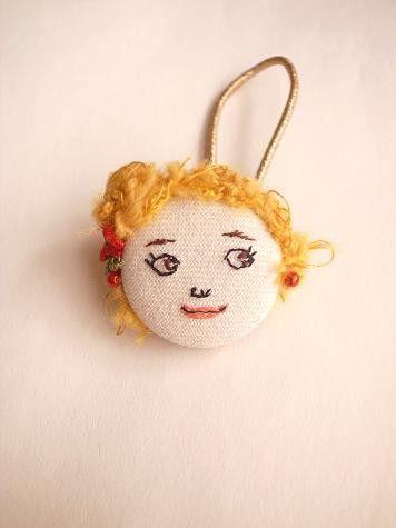 女の子の顔刺繍をしたヘアゴムです。ブロンドの髪のこの子はサイドに赤いお花を挿しておめかし。くるみボタンベースになっています。素材 コットン、ウール毛糸、ビーズ...|ハンドメイド、手作り、手仕事品の通販・販売・購入ならCreema。