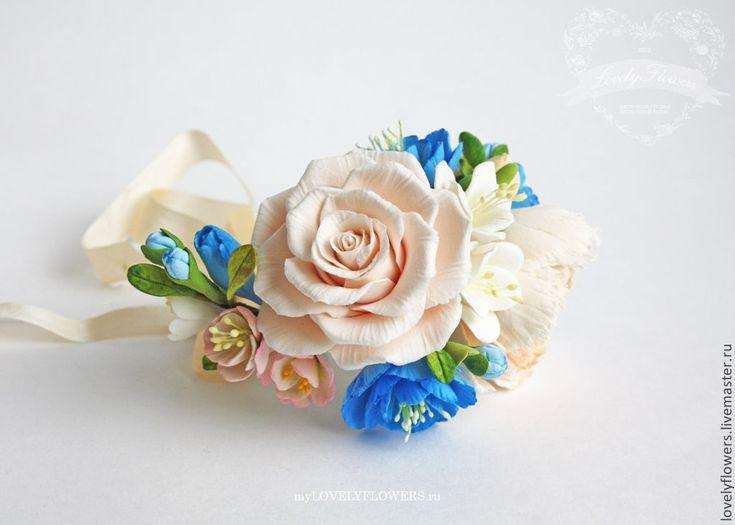 Купить или заказать Браслет с цветами из полимерной глины в интернет-магазине на Ярмарке Мастеров. Браслет с цветами из полимерной глины Сlaycraft by deco. Шелковая лента. Основа браслета гибкая. Когда у друзей жениха бутоньерки в тон букета,а у подружек миниатюрные букеты или цветочные браслеты на руку, это выглядит очень изящно. Неувядающие цветы украсят вашу свадьбу и станут прекрасным подарком на память для ваших гостей.