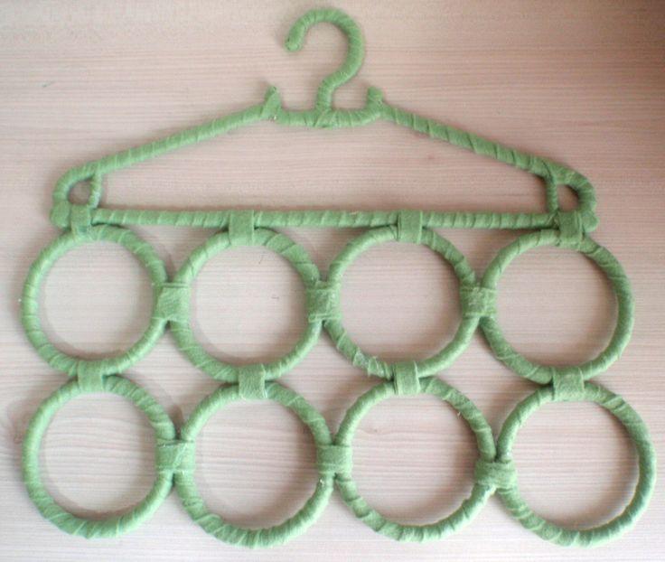 Cabide decorado com retalho de tecido. Feito para organizar cachecóis, lenços, cintos ou até gravatas. Possui 8 argolas.