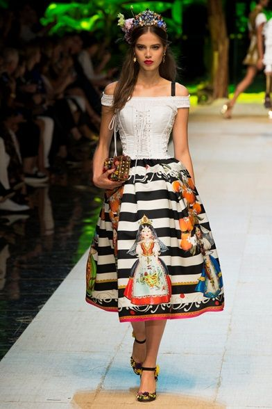Guarda la sfilata di moda Dolce & Gabbana a Milano e scopri la collezione di abiti e accessori per la stagione Collezioni Primavera Estate 2017.