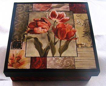 caja oscura con flores
