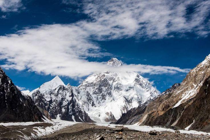 """K2 (China/Paquistão) - A montanha também é conhecida como Qogir ou Godwin Austen, e conquistou o segundo lugar na lista das mais altas do mundo, com 8611 metros de altitude. A K2 tem o apelido de """"montanha selvagem"""", por conta da grande dificuldade para chegar ao seu cume e de sua alta taxa de fatalidade, em que uma a cada quatro pessoas que tentam escalá-la morre."""