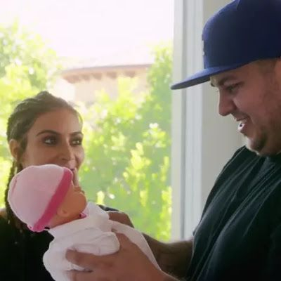 """Rob Kardashian revelou a irmã Kim Kardashian o nome de sua filha e ela fica furiosa.   Rob Kardashian que vai ser papai em breve decidiu contar a irmã Kim Kardashian o nome de sua primeira filha. Ele e a piranha  ops Blac Chyna sua noiva decidiram colocar o nome de sua filha de """"KYM"""" com """"Y"""" para não ficar igual ao da própria irmã que surtou de raiva. Kim Kardashian ficou furiosa com o irmão e disse que o irmão e Chyna não tinham nem uma originalidade! O nome de Kim na vida real é Kimberly…"""