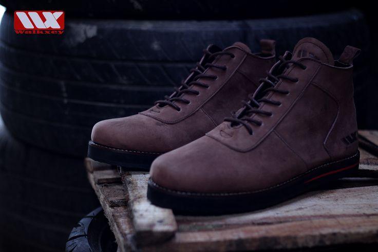 tampil keren dan tangguh itu mudah sob,,, dengan pake sepatu kulit walkxey BC-070 brown ini pasti bikin tampilan kalian jadi keren dan tangguh