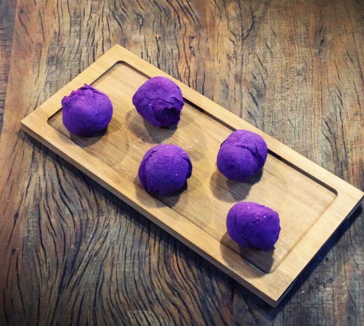 Aqui no Pequeno Gourmet, o lanche da tarde do filhote fica perfeito com pão de batata doce roxa com chia, linhaça ou gergelim.