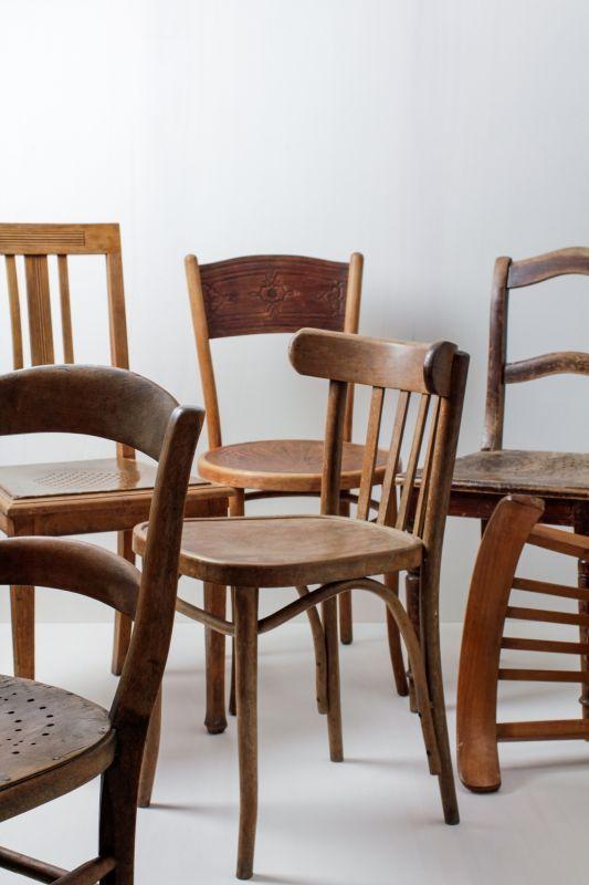Holzstühle Carlos Vintage Braun Mismatching Verschiedene vintage Stühle in dunklen Tönen