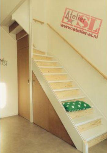 De open trap werd dicht gemaakt door middel van optreden van underlayment. De trapkast heeft 2 deuren en is gemaakt van MDF. Meer info: http://www.atelier-sl.nl/open-trap-dicht-trapkast.html