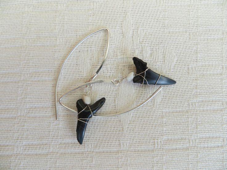 Fossiele zwarte haaientanden zilveren oorbellen  van madebymirjam op DaWanda.com