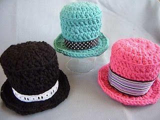Otro patrón útil: sombreros de copa para amigurumis! Incluye patrón en Ravelry.