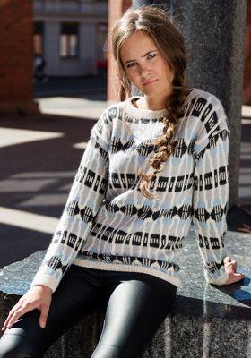 Gratis strikkeopskrifter til kvinder! Strik en lun og lækker sweater med et flot, grafisk mønster i hvid, grå og lyseblå