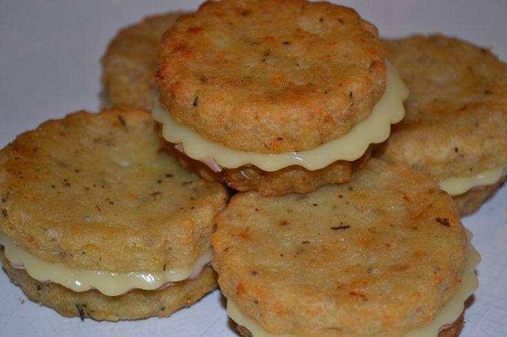 Sandwich di patate con prosciutto e formaggio
