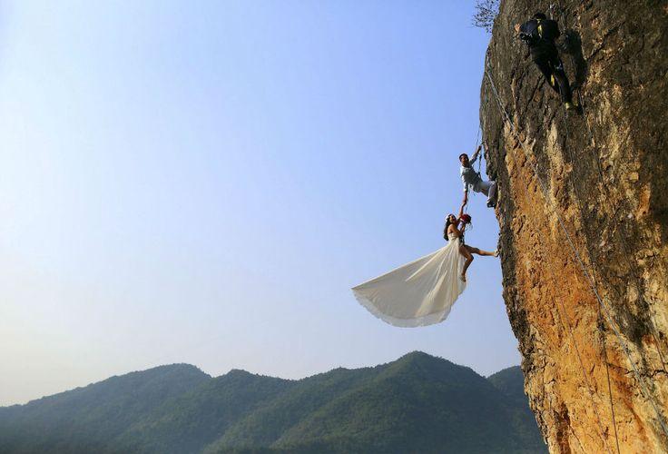Un escalador aficionado toma fotos de una boda celebrada en un acantilado en la provincia china de Zhejiang. La imagen fue inmortalizada el 26 de octubre 2014.