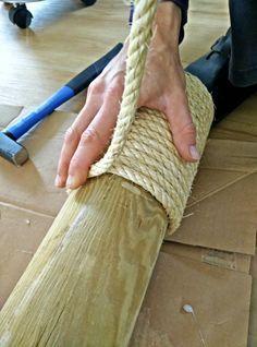 Sisalseil um den Zaunpfosten wickeln, etwa jede zweite Runde mit einer ordentlichen Portion Heisskleb sichern.