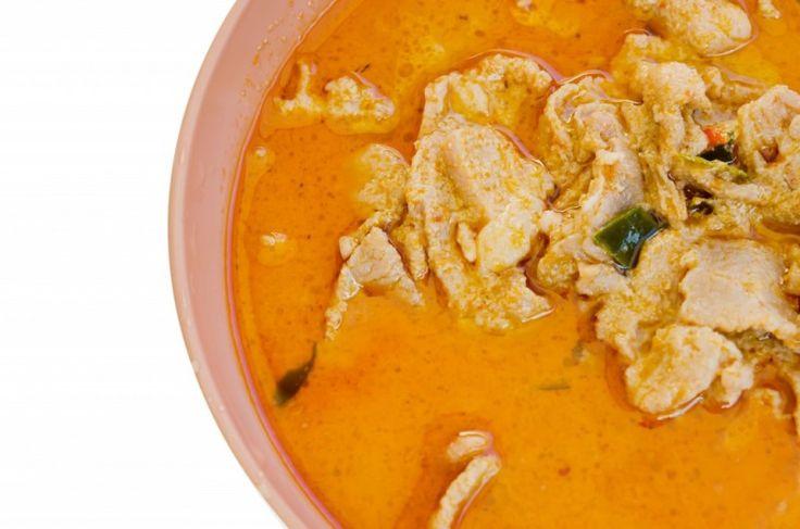 Penang (Phanaeng) karry - Lav thai mad – Penang er det thailandske navn for retten. Den kommer oprindeligt fra Malaysia, hvor den har fået navnet Phanaeng fra den by i Malaysia den kommer fra. Som med massaman karry er Penang (Phanaeng) karry en gryderet. Og den er ligeledes hurtigt at lave. Du kan desuden tilsætte grøntsager efter behag i denne ret. Antal personer:... #chili #fiskesovs #kaffir