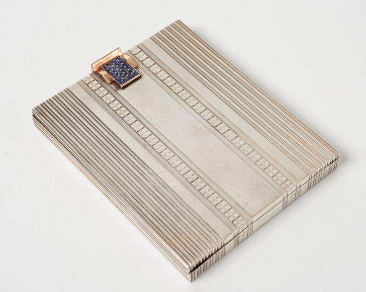 Art Deco zilveren sigarettenkoker met gouden sluiting bezet met 24 carré geslepen saffieren - Frankrijk - meesterteken PSAB met 2 gekruisde speren in ruit - gehalte 0.800 en 0.750 - 128 gram - 9.4 x 7.5