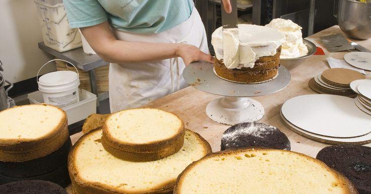 Como fazer uma cobertura de bolo que parece acolchoada. Uma decoração bem-sucedida começa aprendendo-se técnicas básicas. Linhas em relevo em forma de grade criam um visual elegante acolchoado em coberturas de bolo feitas com glacê ou fondant. Você pode decorar um bolo simples facilmente e de maneira profissional com algumas ferramentas baratas, tais como uma tábua de silicone para abrir e cortar ...