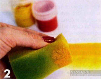 Далее окрашиваем фон с помощью поролоновой губки. Перед использованием губку нужно смочить в воде и как следу ет отжать. Делаем красивую растяжку от светло-жёлтого до насыщенного желто-оранжевого цвета. Выводим жёлтый цвет на белый