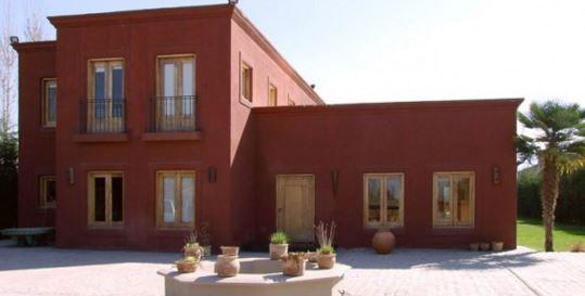 fachadas de casas pintadas de color bordo