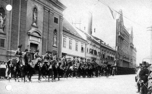 Ostenburg zászlóalja díszszemlére sorakozik a Széchenyi téren. (1921. augusztus 28.)