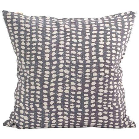 Land: Bangladesh<br>Mått: 50×50 cm<br>Design: Afroart Studio<br>Material: 100% Bomull<br>Tvättråd: 40 grader fintvätt<br><br>Innerkudde säljs separat.