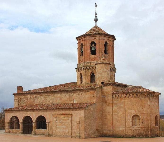 La Iglesia de San Miguel en Almazán: La arquitectura románica se caracteriza por columnas de mármol, arcos apuntados o góticos, techos altos, pocas ventanas, paredes muy gruesos de piedra y bóvedas de cañón. También esta arquitectura tiene mosaicos o frescos.