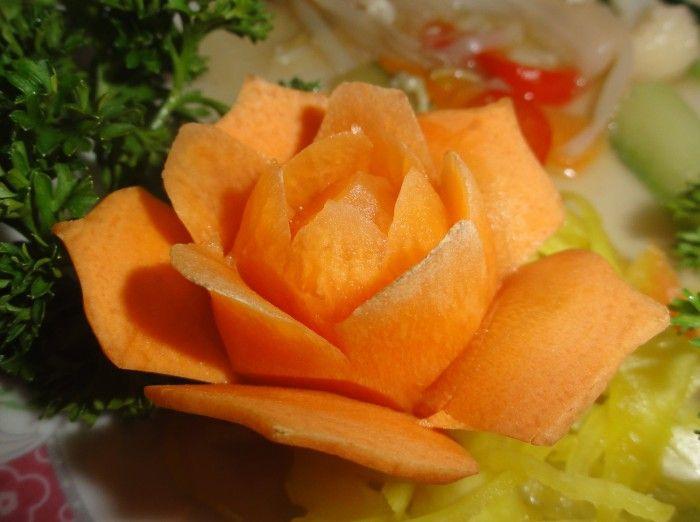 Mooie roos gemaakt van wortel. Leuk idee voor een kerstdiner.