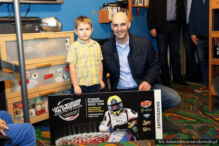Tomasz Gollob z wizytą u 5-letniego Oskara z Grudziądza, któremu wręczył zaproszenie na SGP w Warszawie